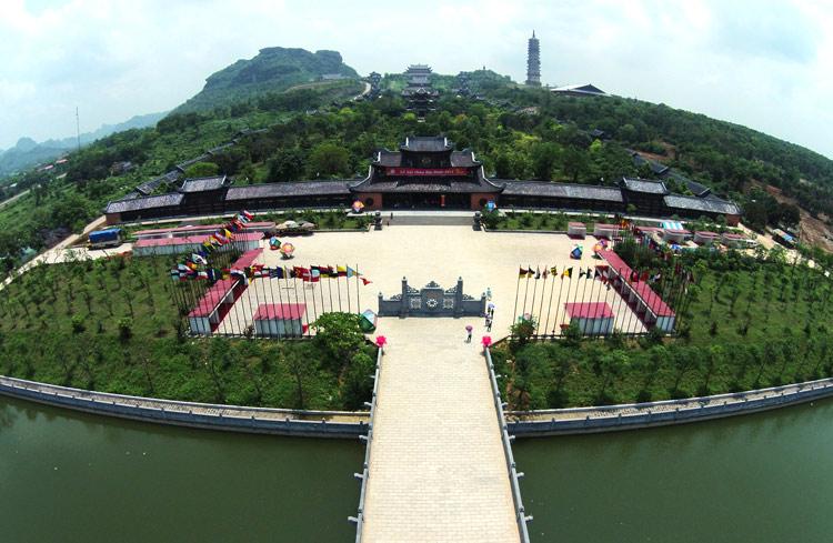 Tham quan đền chùa tại Bái Đính