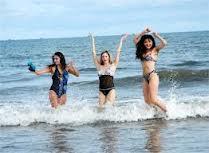 Du khách vui chơi thỏa thích trên biển Hải Hòa