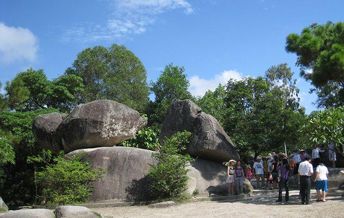 Hòn Trống Mái là điểm du lịch nổi tiếng ở Sầm Sơn