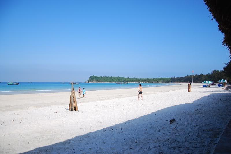 Hình ảnh du khách vu chơi ở khu du lịch biển Quan Lạn