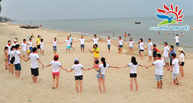 Tổ chức trò chơi trên bãi biển cho đoàn du lịch