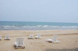 Tắm nắng trên biển Hải Tiến
