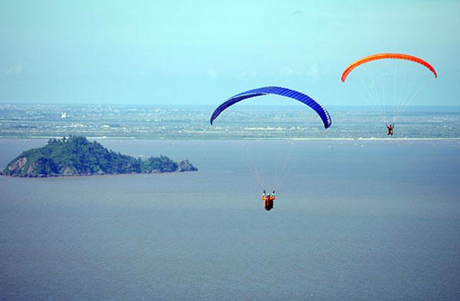 Cùng tham gia hoạt động nhảy dù trên biển Hải Tiến